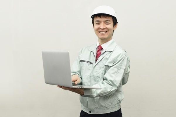 パソコンをもつ男性
